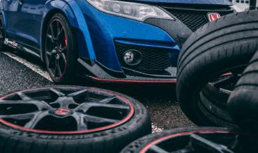 Image d'illustration d'en ensemble de pneu et d'une voiture